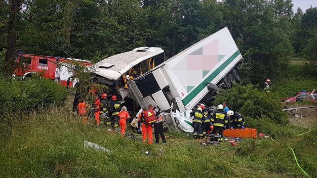 Zarzuty za spowodowanie wypadku szkolnego autobusu z tirem
