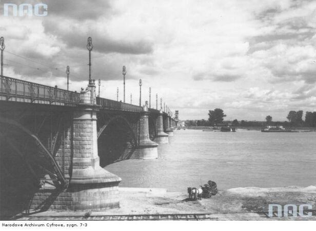 Na zdjęciu z 1925 r. widoczna oryginalna konstrukcja mostu Narodowe Archiwum Cyfrowe