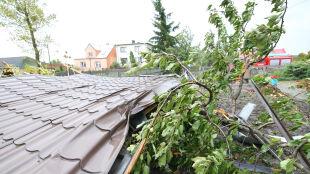 Brak prądu, połamane drzewa i przywalone auta. Bardzo silny wiatr w Polsce